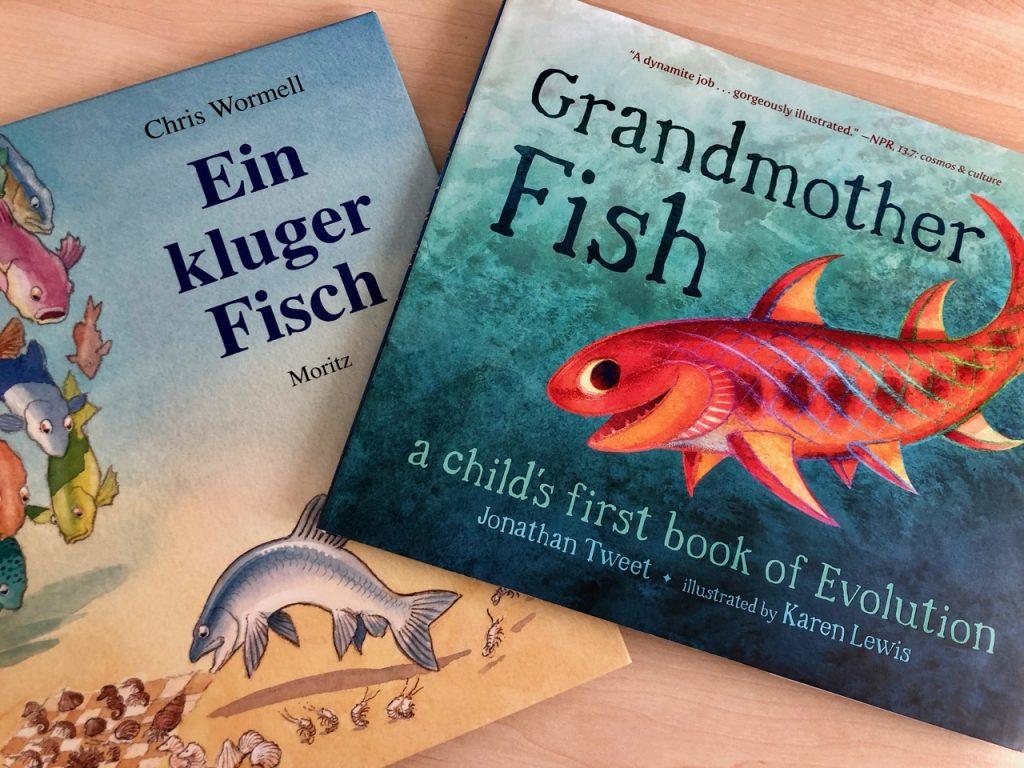 """Cover der beiden Kinderbücher über Evolution """"Ein kluger Fisch"""" und """"Grandmother Fish"""""""